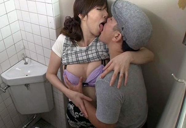 駅の公衆トイレで痴漢男に犯されながらも感じてしまい悶絶イキする熟年奥さん