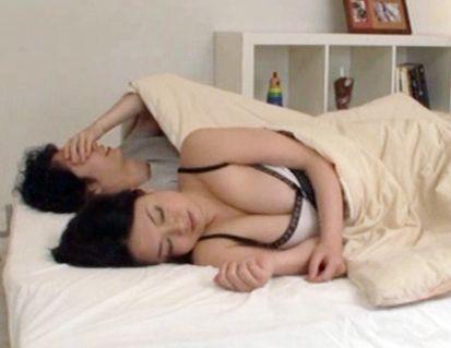 夫に連れ子が新しいお母さんと一緒にベッドに寝ていてボインおっぱいに我慢できず夜這いしてチンポ挿入!母子相姦