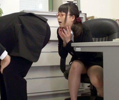 オフィスで男子社員のスラックスをズリ下ろして剥き出しの肛門の臭いを嗅いで手コキするド変態なメガネOL