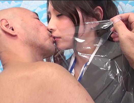 ラップごしに男とキスをさせられるAV会社の女子社員 ラップ素股にも挑戦したらあっさり破れて本番挿入
