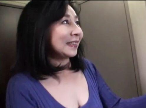 <素人熟女>ちょいウブな可愛いおばさんが若い男に巨乳を触られ照れながらも股を開きチンポを受け入れる