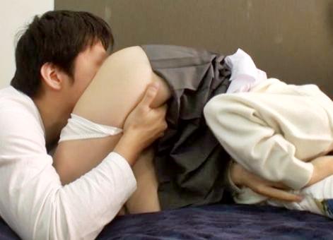 尻の割れ目におじさんが顔を埋める!制服姿の美少女に変態おじさんが種付けsex