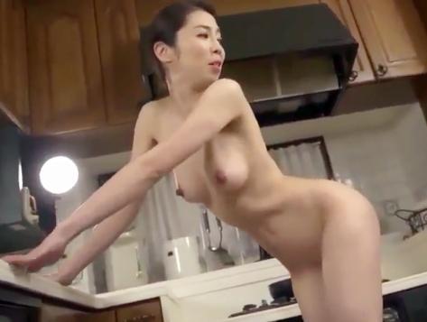41歳の清楚なおばさんが全裸でキッチン立ちバック!