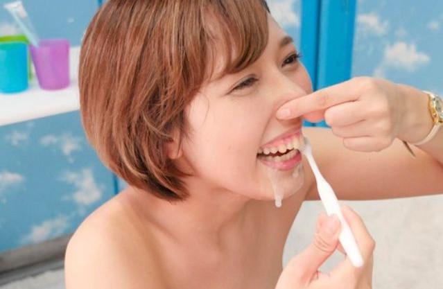 ザーメン歯ブラシww歯石除去に効果あると騙られ本当に試す美人歯科助手さん ヤバすぎるww