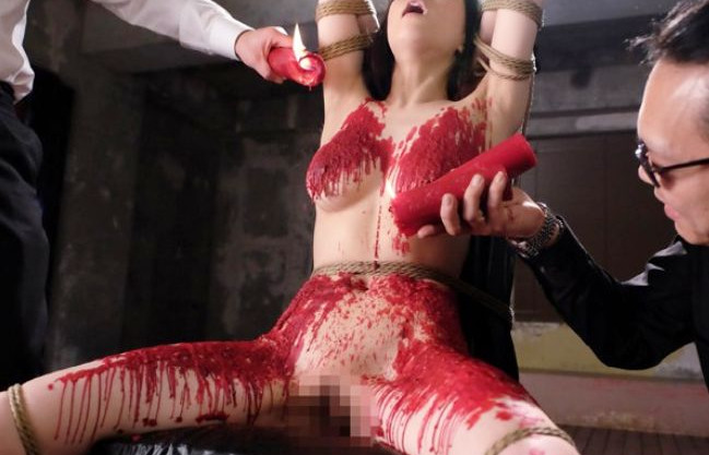 全裸拘束された美女が蝋塗れにされドS男達に快楽拷問でイカされる