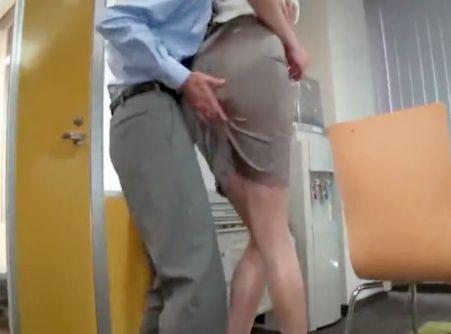美女に着衣ぶっかけ!小男がチンポを咥えさせてタイトスカートに容赦なくザーメン発射