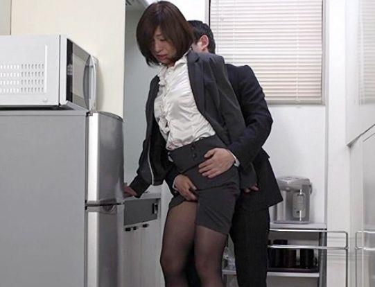 オフィスでセクハラを受ける既婚OL・・羞恥の性癖が覚醒しチンポを求めデスクに手を置き立ちバック