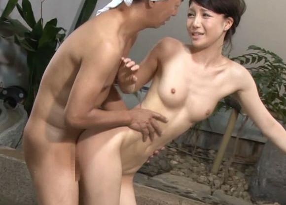 露天風呂で男に犯され困惑する美人奥様。間違えて入浴した男湯の勃起チンポに動揺しつつも寝取られ悶絶してしまう