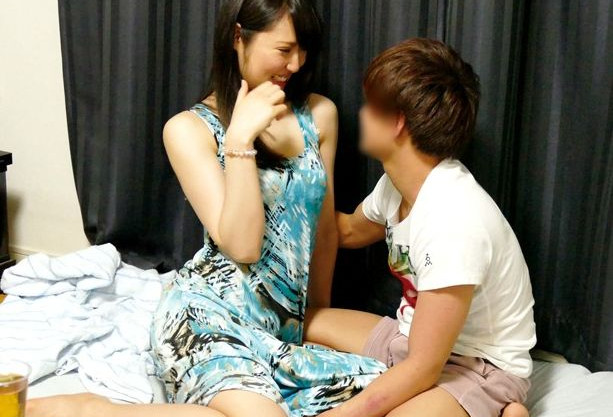 三十路で色気たっぷりのムッチリ熟女を若い軟派男が口説きまくって寝取りセックスを隠し撮り!