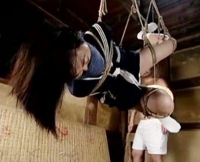 官能SM 緊縛され宙吊りにされた制服少女を調教師のおじさんが責め立てる