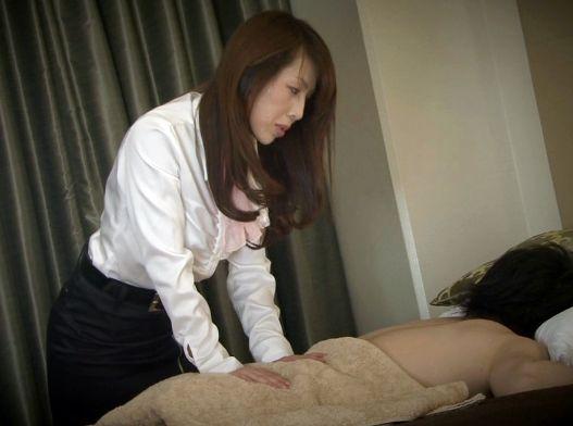 美人奥様が施術師となって男性客のチンポにご奉仕するエッチなメンズエステ