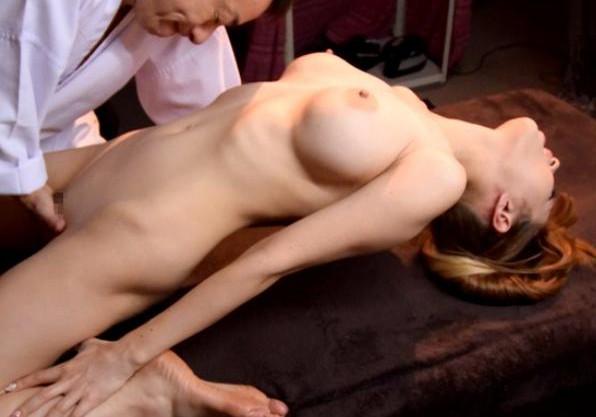 マッサージ体験レポ中のグラドルが男性施術師にセクハラされて不覚にも感じてしまう!さらにチンポまで挿入されて痙攣絶頂