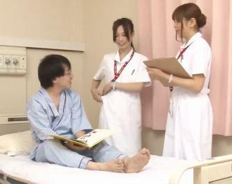 医療用手袋を着用したナースが四つん這いのM男患者の勃起チンポを乳搾りのように手コキする