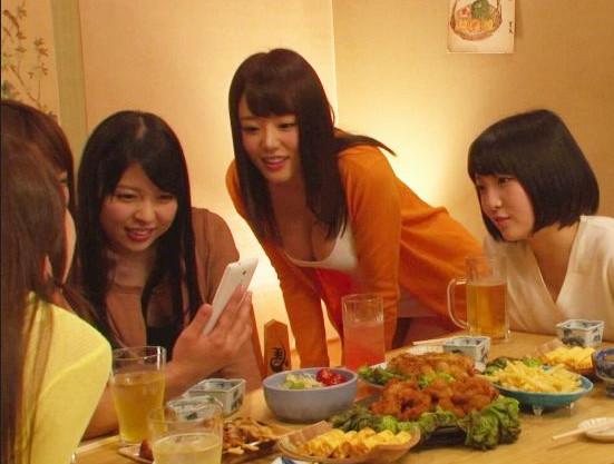 性欲旺盛な元クラスメイトの人妻たちと男一人の同窓会。宴会で泥酔してお店の通路で即ハメする!