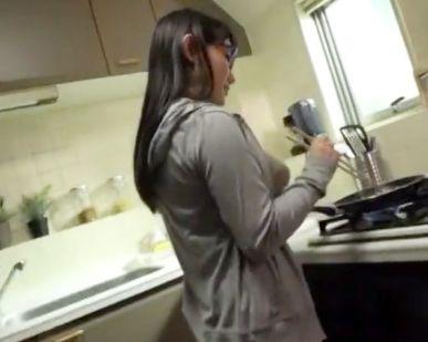 地味なメガネ奥さんが媚薬カプセルを飲んで超発情!脱いだら凄すぎKカップ爆乳を揺さぶりながらチンポの上で喘ぎ悶える