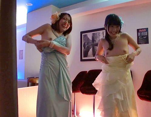 スレンダー美人のキャバ嬢たちが王様ゲームで乳丸出し!風俗レベルのエッチなサービスで客をもてなす