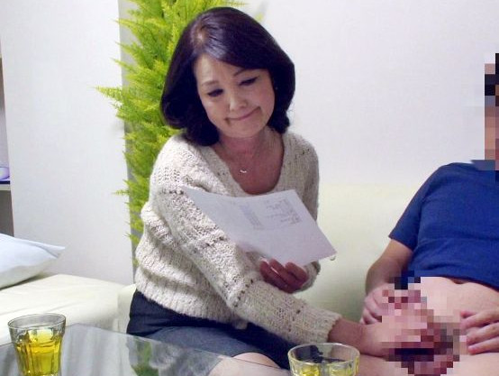 お母さんが賞金企画に釣られて実の息子のチンポを手コキ開始www《素人企画》