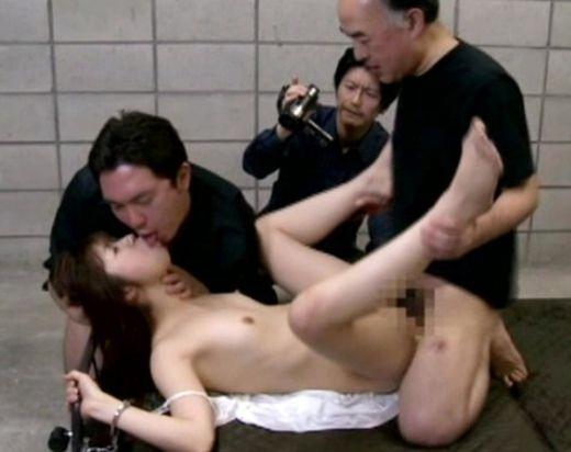 <ヘンリー塚本>スレンダー美女が拘束され男二人に徹底的に犯される姿を撮影される