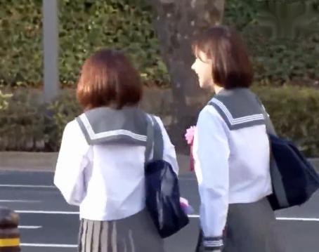 仲良し女子学生たちが通学バスの車内で痴漢男に2人揃って犯される