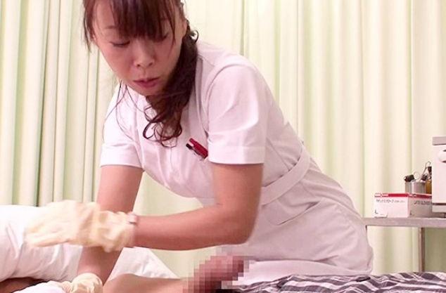 おばさんナースがギンギンに反り立つ患者の勃起チンポに欲情して咥えハメ込む院内sex