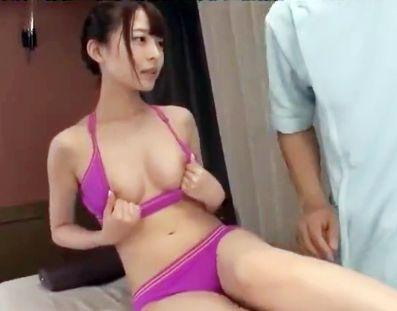 スラット綺麗な客の美女が男性エステ師が性感タッチでマッサージしてメチャクチャ悶絶させられる