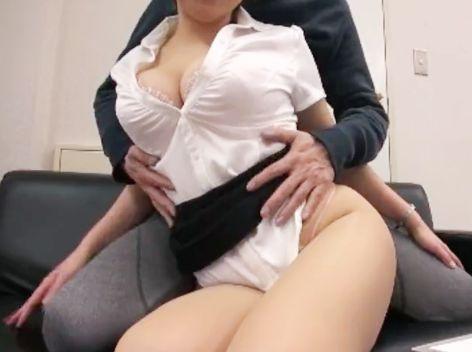 すげぇムッチリwww保険のお姉さんがスケベな体で客を誘惑!オフィスで枕営業ハメ撮りするww