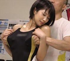 えっ!?ちょっと...無遠慮い腋から手を突っ込み胸を揉むスポーツトレーナーのセクハラおじさん