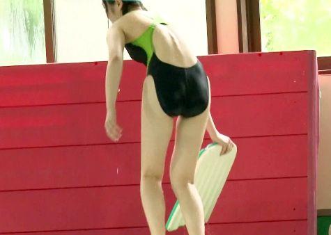 プールにいた競泳水着の美女を痴漢師がロックオン!後を付け狙い襲撃!水中立ちバックで犯しまくる