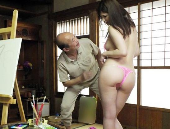 義父の絵画モデルになった息子の嫁のエロい身体に爺さんが発情しイタズラされるw