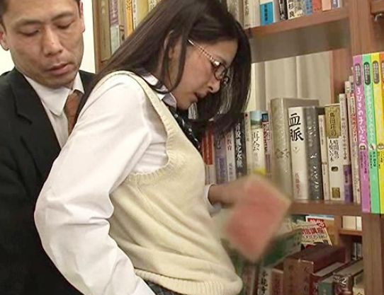 純情そうな制服少女がTバックでビッチ確定!逆ギレ痴漢師が勃起チンポをねじ込み図書館で犯しまくる