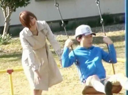 <水野朝陽>全裸トレンチコートの露出狂美女が公園で遊ぶショタを誘って野外手コキ