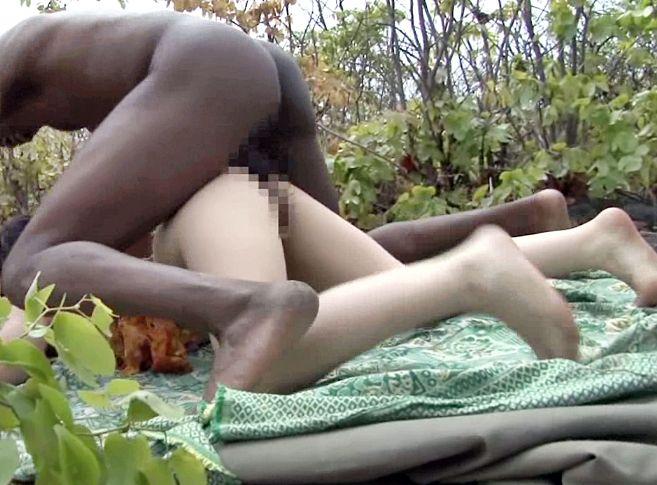 アフリカの大地で日本のセクシーアイドルが黒人部族にメチャクチャ青姦される