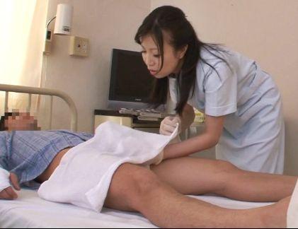 若くて活きの良い勃起チンポに魅せられた欲求不満の看護師さんが我慢できずに自分の股間で試しハメ