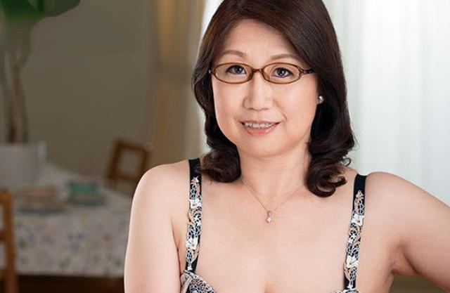 55歳のむっちりメガネおばさん セックスレスでオナニーする日々に我慢できず初撮りデビュー