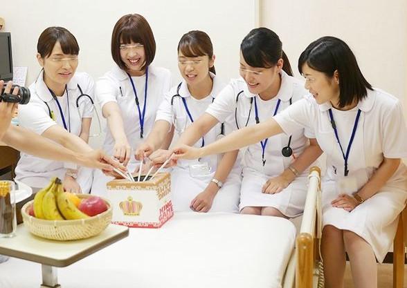 病室のベッドで看護婦たちと王様ゲーム!チューからフェラ手コキにエスカレートしていき患者と童貞筆おろしハーレムsex