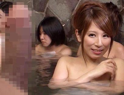 何あのチンポ♪女湯で鬼勃起ペニスを見せつける変態男に女性客が発情!風呂の中で即ハメ開始ww