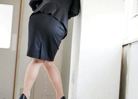 利尿剤効果で我慢できずに男子便所で立ちションする女先生ww生徒に見つかり堪らずお漏らしwそのまま性処理させらる