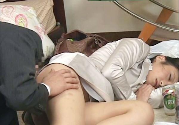 仕事仲間のOLが泥酔して無防備にパンチラ昏睡している姿に我慢できずにイタズラ開始ww