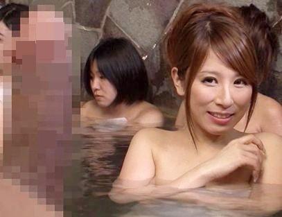 立派なチンポね♪露天風呂で堂々とチンポを勃起させる変態男w反り立つイチモツに股間を濡らした女と即ハメ