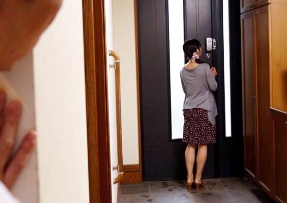 女教師の自宅に潜み様子を伺う教え子の生徒・・旦那が外出した直後に襲い掛かり無理矢理チンポをねじり込む