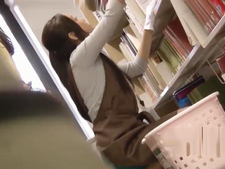 美人司書が図書館で勤務中に突然チ○ン師に襲われる!潮を吹きながら必死で声を殺して悶絶ww