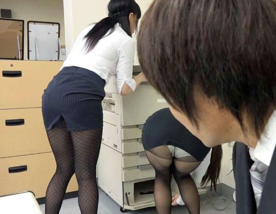女子社員ばかりのオフィスで黒タイツOLに誘惑されて社内で立ちバック