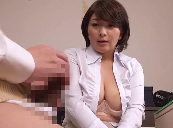 熟年家庭教師のおばさんが若い生徒が勉強に身が入るように勃起チンポに股を開いて膣コキsex