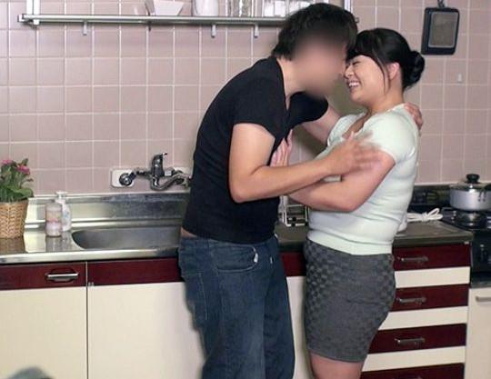 ぽっちゃり三十路のムチムチ奥様がパート先の若いアルバイト大学生を自宅に呼んで不倫する
