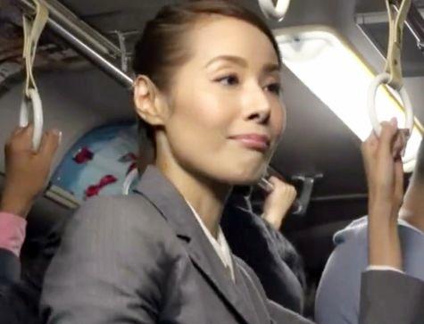 熟女なおばさんが電車の中でまさかのチカン・・動揺するおばちゃんにチンポねじ込まれそのまま車内で犯される