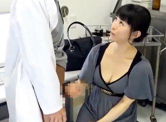 EDインポの夫のせいで欲求不満になった奥さんにセクハラ医師が人妻にチンポを出して寝取りハメる