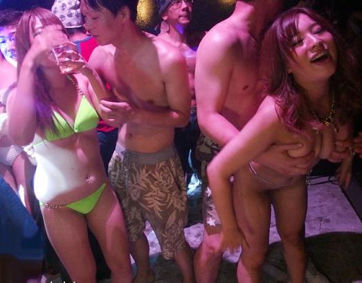 クラブギャルがノリノリで乱交ww媚薬の入った泡にまみれて壊れた理性でマンコ解放w