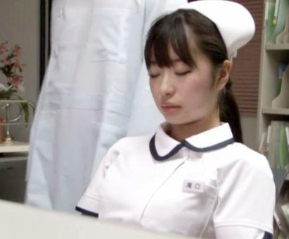 勤務中に寝てしまった看護婦さんの背後に忍び寄りセクハラ夜這いwww院内でチンポねじ込みハメ倒してしまうww