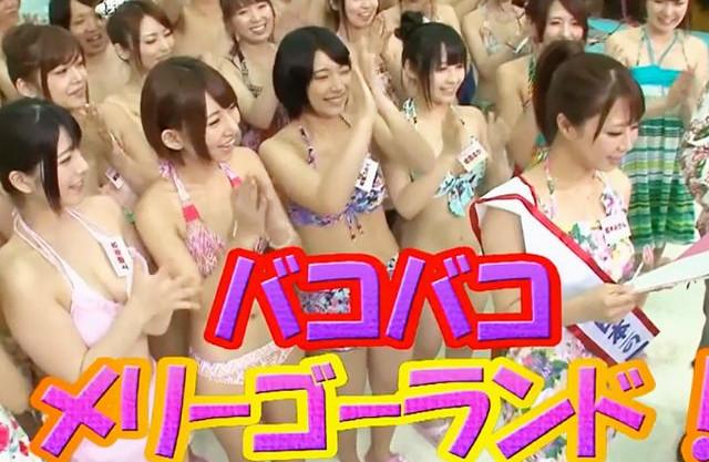 16名のセクシー女優たちが水着姿でファン男性を囲ってハーレム状態でチンポを咥えて手コキフェラで口内射精