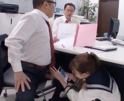 職員室で先生のチンポを拝借し始めるセーラー服の女子生徒wwwさすがにバレると焦りながらもしっかり射精